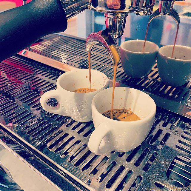 ニーマカフェのエスプレッソは炭火焙煎された5種類の珈琲豆を毎朝店内でブレンドしています。サントスニブラ、マンデリン、スプレモ、モカ、ロブスタ…シュガーを1杯半〜2杯入れ、スプーンで50回程クルクルかき混ぜ、イタリア人気分で飲むのがお勧め️ #niima #niimacafe #niimacafeetsalon #cafe #coffee #ニーマカフェ #ニーマカフェエサロン #南森町 #大阪天満宮 #大阪市北区 #大阪市北区東天満 #東天満カフェ #カフェスタグラム #大阪カフェ巡り #大阪カフェ #大阪珈琲 #エスプレッソ #炭火焙煎 #lamarzocco #mazzer #instacafe #coffeestand #coffeeshop #espresso