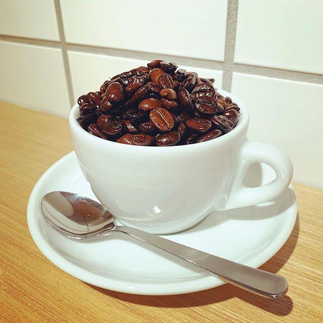 コーヒーで世界旅行は如何ですか?ニーマのコーヒーは日本の水を米国製の浄水器を通して、ブラジル、インドネシア、コロンビア、エチオピア、ベトナムの5カ国から届いたコーヒー豆をブレンドし、イタリア製のグラインダーで挽き、同じくイタリア製のエスプレッソマシンで抽出しています。一杯のコーヒーにアジア各地、北中南米、アフリカ、ヨーロッパからのギフトが詰まっています。#niima #niimacafe #niimacafeetsalon #cafe #coffee #ニーマカフェ #ニーマカフェエサロン #南森町 #大阪天満宮 #大阪市北区 #大阪市北区東天満 #東天満カフェ #カフェスタグラム #大阪カフェ巡り #大阪カフェ #大阪珈琲 #エスプレッソ  #ヘッドスパ #サロン #ヘナ #美容室