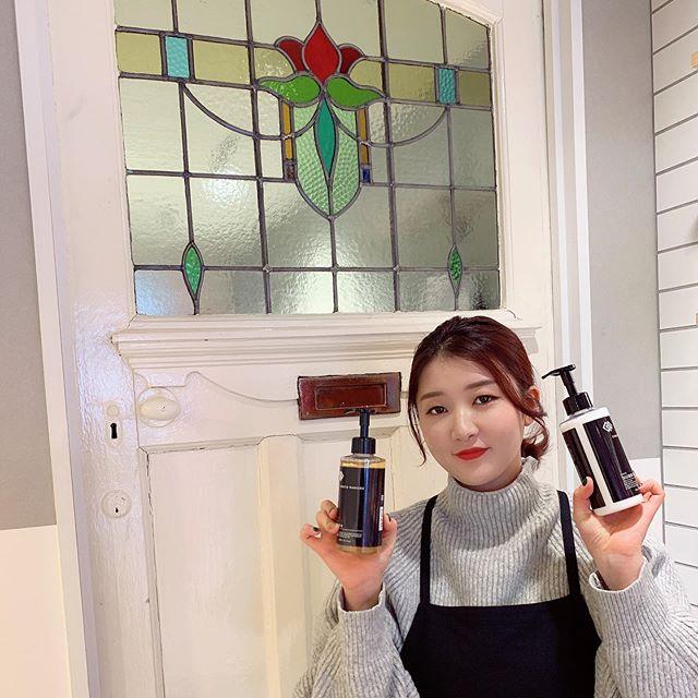 はじめまして❣️NIIMAのスパニストかれんです︎.3歳ぐらいから美容師を目指してなった今でも美容が大好きな美容オタクです.韓国が好きでよく韓国に行ってるので韓国旅行に行く時はなんでも聞いてください♪.ニーマではスパニストとして皆さんを癒しキレイなお手伝いをしてさらに美味しいドリンクも作ってますのでいつでもお待ちしてます.#niima #niimacafeetsalon #spa#ニーマ  #カフェ #ニーマサロン #大阪美容室#水素女髪トリートメント #シャンプー #ブラシ#クリームバス #ヘッドスパ #ヘッドマッサージ #大阪ヘッドスパ #南森町 #東天満 #南森町カフェ#髪質改善トリートメント#トリートメント #南森町美容室#美容室 #大阪ヘッドスパ#リラクゼーション #クリームスパ#梅田美容室