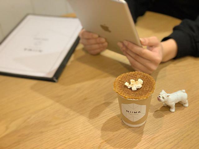 コーヒーと何か甘いものが少し欲しいな〜🤔ってときちょうど良いのか ストロープワッフルです.オランダの伝統的なおやつで、クリスピーワッフルに絶妙な甘さのシロップをサンドしてシナモンの風味も感じれるお菓子です.オランダではホットコーヒーの上にふた代わりにのせて蒸気で温めて柔らかくなった状態で食べるみたいですよ︎.#niima #niimacafe #niimacafeetsalon #cafe #coffee #ニーマカフェ #ニーマカフェエサロン #南森町 #大阪天満宮 #大阪市北区 #大阪市北区東天満 #東天満カフェ #カフェスタグラム #大阪カフェ巡り #大阪カフェ #大阪珈琲 #エスプレッソ  #ヘッドスパ #サロン #ヘナ #美容室#오사카 #오사카카페 #오사카여행#ストロープワッフル#オランダのお菓子